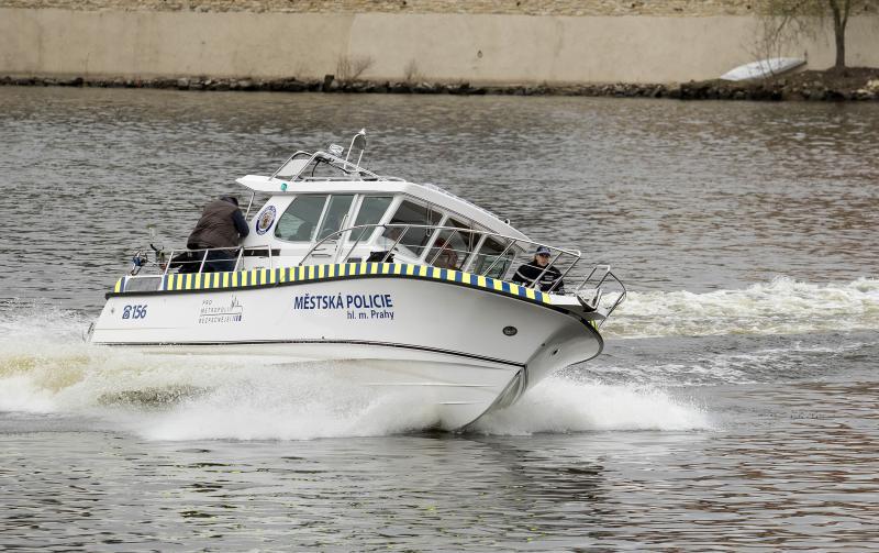 Pražští strážníci pohlídají Vltavu s novou lodí